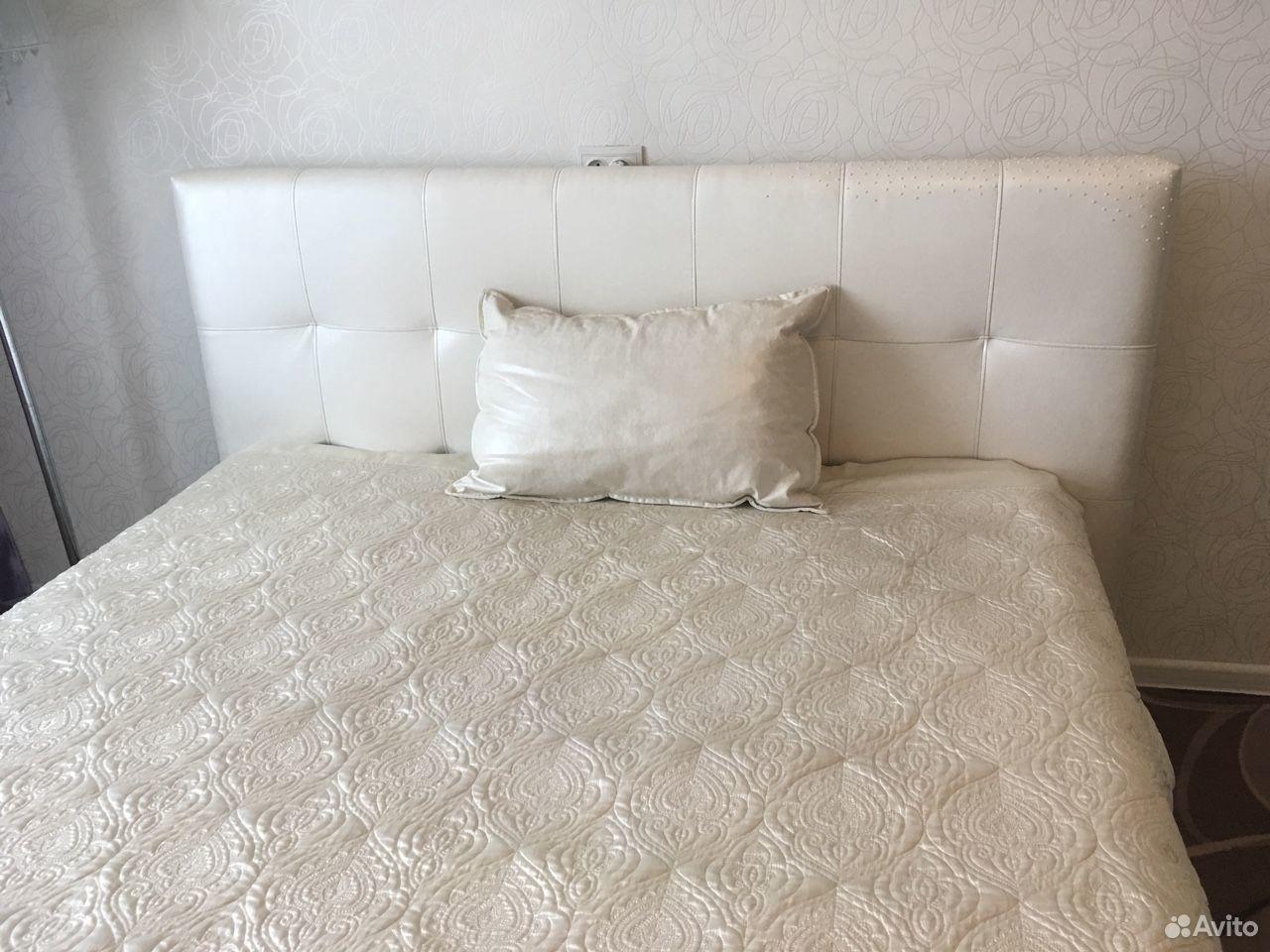 Покрывало и кожаная подушка